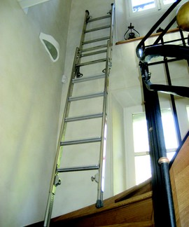 escabeau pour escalier avec garde corps pliant. Black Bedroom Furniture Sets. Home Design Ideas