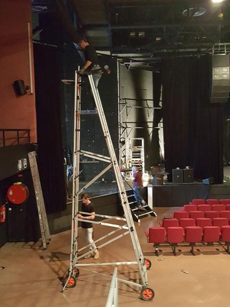 Utilisation de l'échelle dans une salle de théâtre