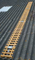 chemin de toit en bois