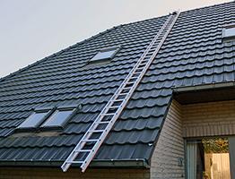 Echelle de couvreur installée sur toit