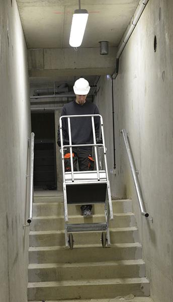 Circulation avec l'escabeau dans les escaliers