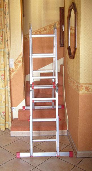 escabeau pour escalier en aluminium qui permet plusieurs positions. Black Bedroom Furniture Sets. Home Design Ideas