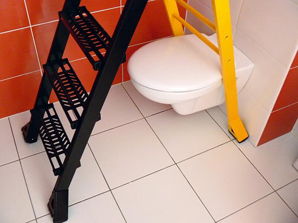 escabeau qui passe au dessus des toilettes