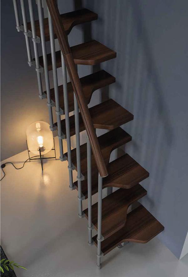 escalier droit petits espaces marron