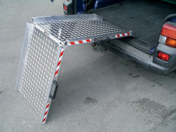 rampe de chargement pliable avec rebords damiers