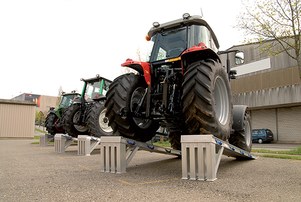 rampe exposition tracteur agricole
