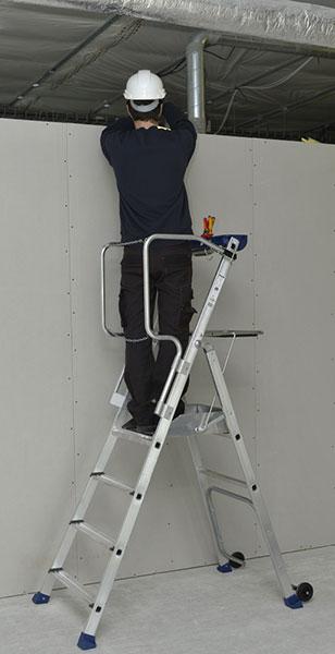 Plattformleiter fahrbar speziell für Toiletten konzipiert -